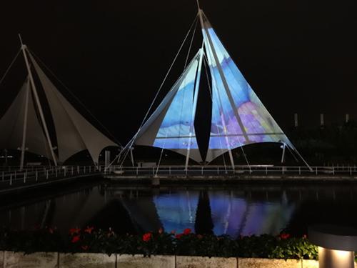 アイランドナイト・大テントに幻想的な海の映像を投影