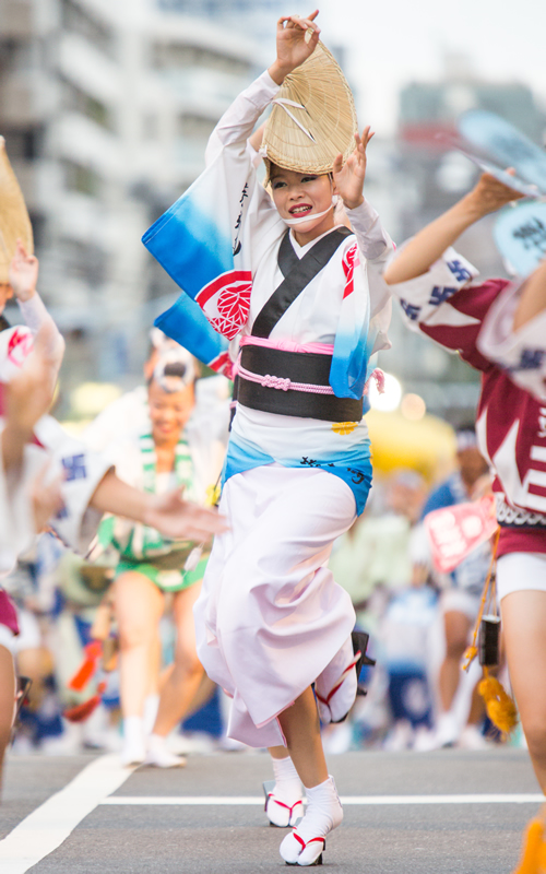 「華やかに舞う女踊り」 隊列を組み華やかに踊る「女踊り」。写真は昭和42年結成の老舗「葵新連」。