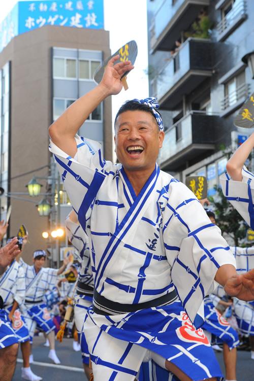 「しなやかで力強い男踊り」 徳島の「うずき連」を伝承すべく日々努力する「ひょっとこ連」。衣装に染め抜かれた「竹」のようにしなやかで力強い男踊り。