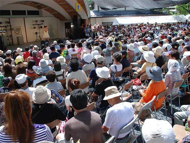 ライブステージでは大道芸フェスティバルやよしもとお笑いアワー、演歌コンサート、太鼓、吹奏楽など