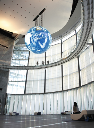 「Geo-Cosmos(ジオ・コスモス)」 未来館のシンボル展示。有機ELパネルを使った世界初の大型地球ディスプレイ。