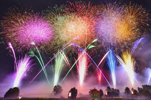 「打上数は約12,000発」 約12,000発が1時間半に渡って次々に打ち上げられる。今年はレーザー光線と花火の競演も。
