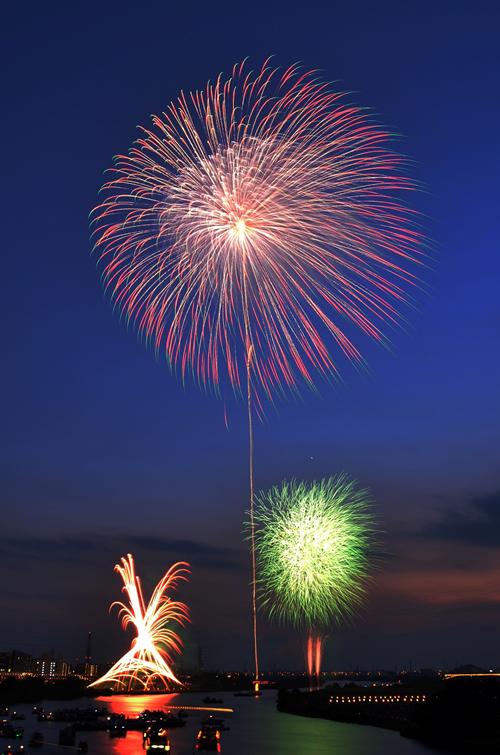 「都内最大の尺五寸玉」 開花直径360mの都内最大の「尺五寸玉」が夜空に広がる。