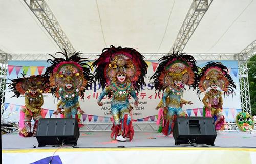 カラフルなマスクと衣装を身にまとったダンス フィリピンフェスの特徴