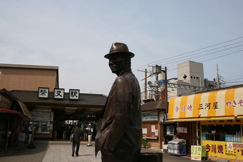 柴又駅前にある寅さんの銅像