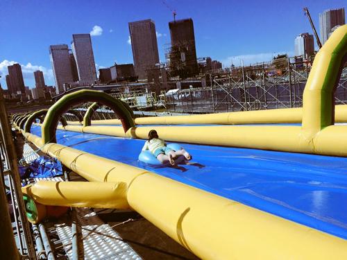 ハイドロスライダーや天空滑走!夏限定のテーマパーク「ウゴカス」が豊洲に登場(8月31日まで)