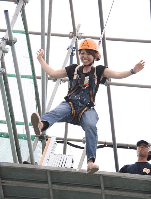 「ブレイブジャンプ」高さ20mからのジャンプを体感しよう! 命綱1本で飛び降りる、スリル満点のアトラクションです。 特殊な装置により、今までに体験したことのないスリルが味わえます。