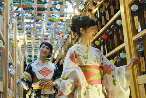 日本の夏の情緒たっぷりの回廊 浴衣がぴったり