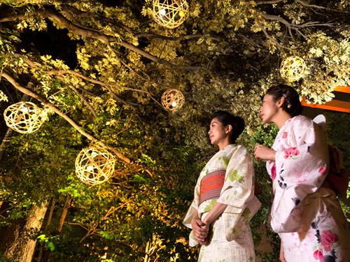 「竹毬風鈴オブジェ」 神社らしい和のイメージを竹毬に重ね、境内にオブジェとして設置。