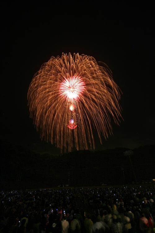 都内最大級の「尺五寸玉(15号玉)」 地上約380~400メートルまで打ち上げられ、夜空に直径約400メートルの花火が広がる