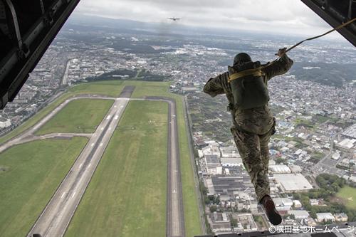 パラシュート降下のデモンストレーションも実施 つぎつぎに地上に舞い降りてくる光景は圧巻