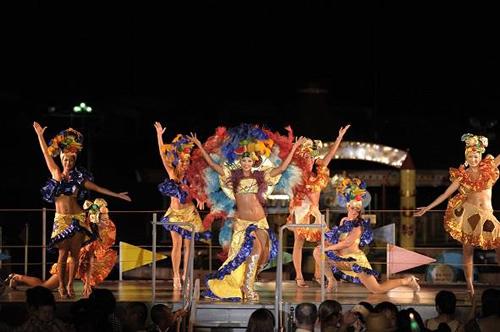西武園ゆうえんちビアガーデンの定番「リオのカーニバルショー」。夏の夜を盛りあげる華やかなステージショー。