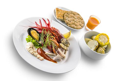 真っ赤にゆであがったザリガニや紅ズワイガニ爪、ムール貝など全部で10種類がセットになった「イケア ザリガニプレート」
