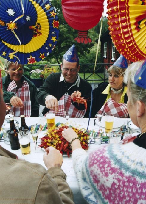 スウェーデンでは、19世紀初頭に高級料理として人気の高かったザリガニの漁が解禁される8月になると「ザリガニパーティー」をおこなう風習がある
