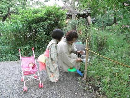 供養の儀式として始まったとされるスズムシの放虫式(昨年の様子)