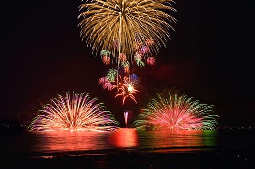 船上から海に投げ入れる「水中花火」。次々と海上に現れる半円の色鮮やかな花火だ