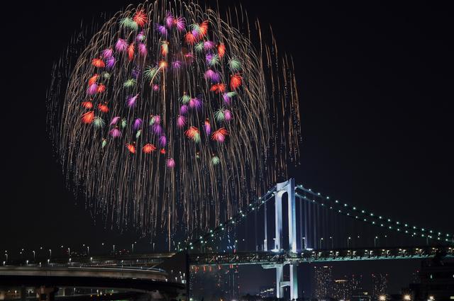 レインボーブリッジと鮮やかな花火が見事な「第27回 東京湾大華火祭」