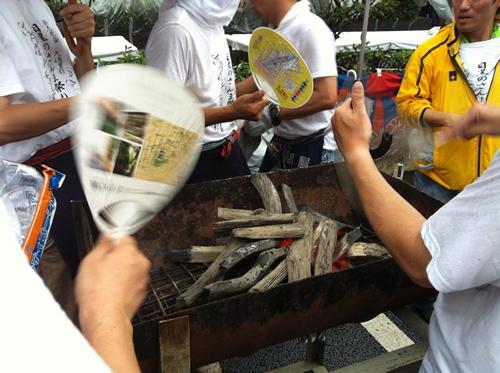和歌山県みなべ町産の本格備長炭で焼いて振る舞う