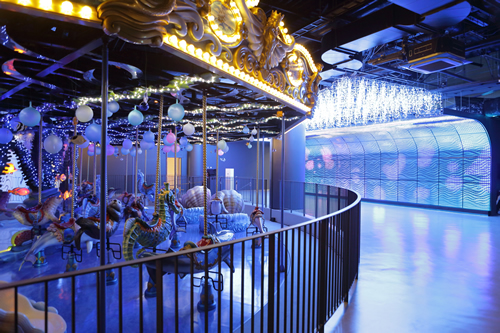 約12mの壁のLEDの光と音楽に包まれたメリーゴーラウンド「ドルフィンパーティー」