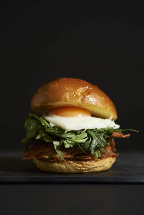 濃厚なブランドたまご、黒富士牧場のオーガニック卵を使ったこだわりのハンバーガー「BITES(バイツ)」