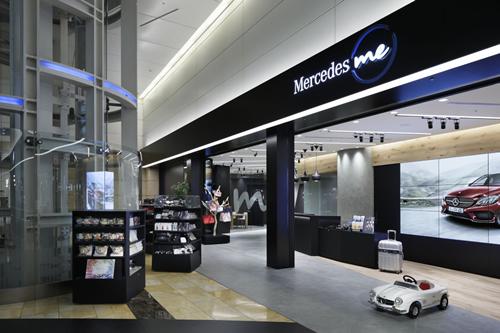 トラベルグッズ等の羽田空港限定商品も販売する「コレクションショップ」 © Nacasa & Partners Inc.