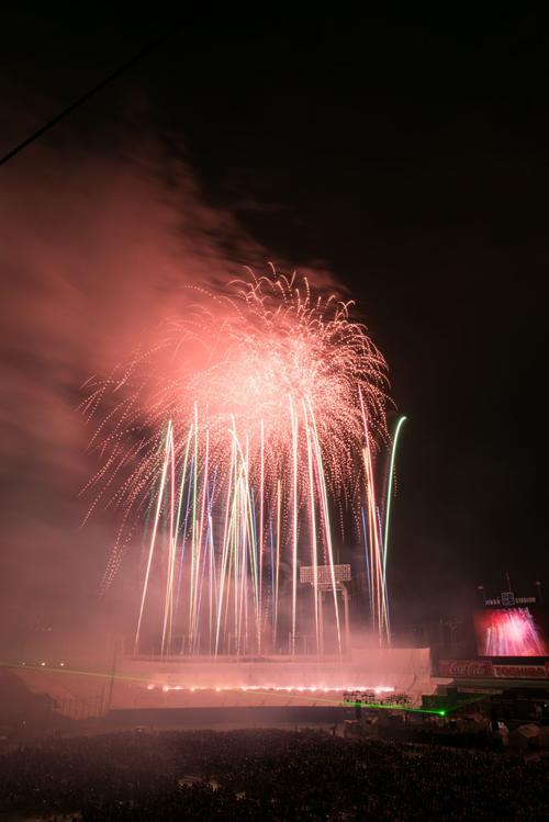 大小のスターマインや尺玉など約10,000発が神宮の夜空に打ち上げられる