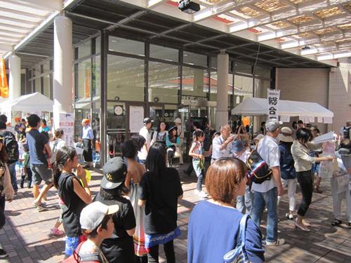 宮城県角田市の和太鼓の演奏や落語「目黒のさんま」、日本舞踊、各種ダンス、阿波踊り、バンドの演奏などのステージなどのほか、飲食や物品販売の模擬店が立ち並ぶ