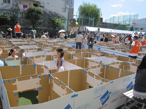 ダンボールの巨大迷路、工作、ミニ縁日などの「子ども広場」