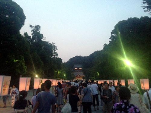 鎌倉・鶴岡八幡宮の「ぼんぼり祭」が今年も華やかに- 著名人の揮毫による400点のぼんぼりが並ぶ