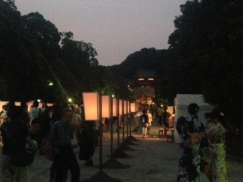 鎌倉の夏の風物詩である鶴岡八幡宮の「ぼんぼり祭」
