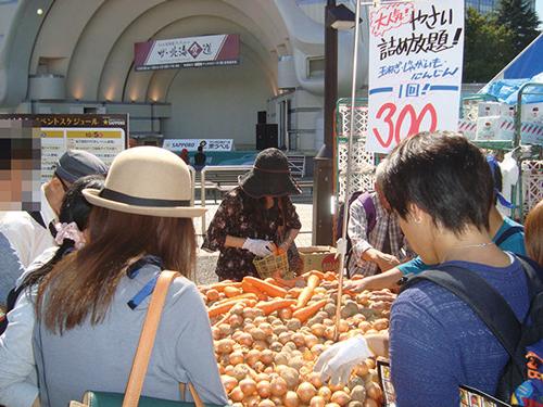 20トントレーラーに獲れたて野菜を満載にして北海道から会場へ直送し販売する「野菜詰め放題」
