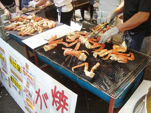 獲れたての鮮魚や野菜、肉類を豪快に炭火などの直火で焼き上げ提供
