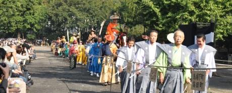 江戸時代装束を身に着けた射手らが馬とともに戸山公園までの道を練り歩く