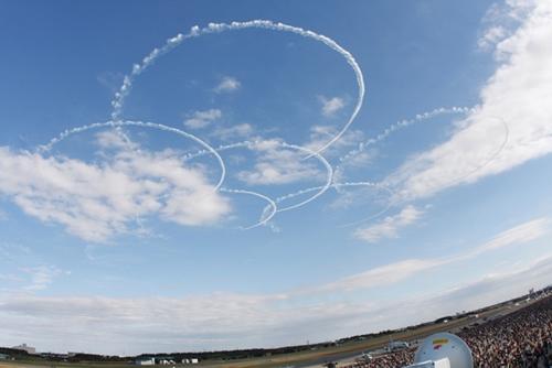 秋の青空のもと、飛行デモンストレーションを披露