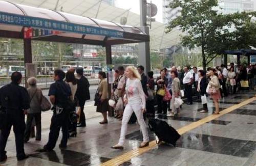 現在、歩道上に分散し乗降客が歩道上に混雑している高速バス停留所を、新設するバスターミナルに集約する