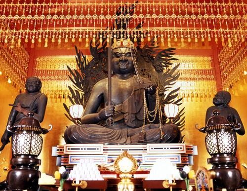 写真は高幡山明王院金剛寺(高幡不動尊)の重要文化財の「丈六不動三尊」