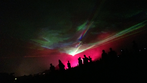 幻想的なオーロラが冬の夜空に浮かび上がる