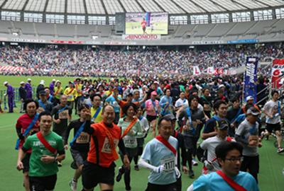 入場は無料で、参加ランナー以外でも自由に入退場可能。スタジアム内のスタンドから6時間耐久リレーマラソンを楽しめる。