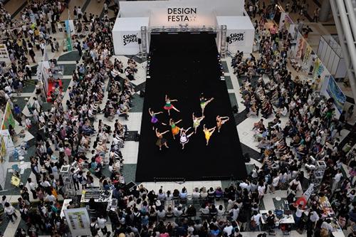 アクロバティックなショーやキッズファッションショーが楽しめる「ショーステージ」