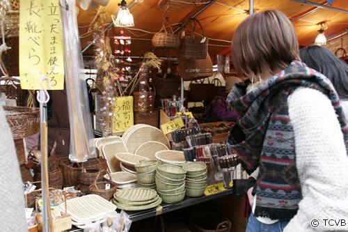 骨董類、古着、植木から玩具、日用雑貨、食料品などさまざまなものが並ぶ