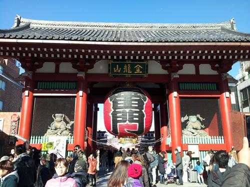雷門 (風雷神門) 天慶5年(942)に平公雅によって創建。現在の門は、昭和35年に松下幸之助氏の寄進により復興再建された
