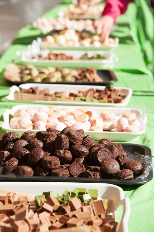 給水所ならぬ「給チョコ所」に20カ国のチョコレートを用意。高級チョコ菓子やチョコ菓子が食べられる。