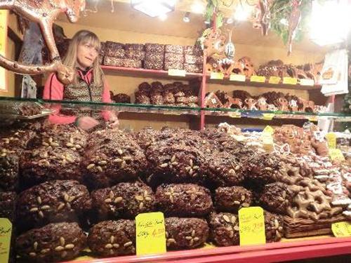 ドイツのお菓子シュトーレン。山積みで売られる