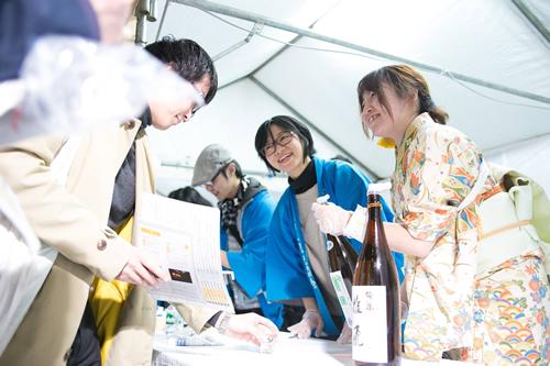 全47都道府県の代表的な日本酒260種以上が集結、飲み比べを楽しめる