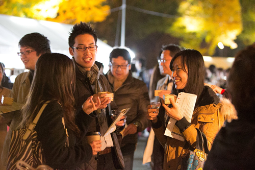 秋の夜長は伝統の神社でライトアップと日本酒を楽しみながら