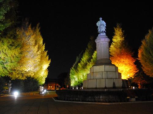 有名な大村益次郎銅像周辺もロマンチックに彩られる