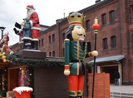 本場ドイツのクリスマスマーケットでも    見られる巨大くるみ割り人形がお目見え