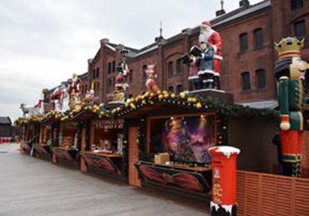 本場ドイツから取り寄せた人形やクリスマスの装飾が施されたヒュッテ(屋台)