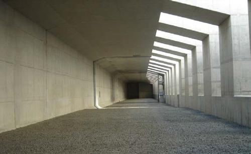 完成している国分地区の高速道路部分(函体)の中で集合写真を撮影